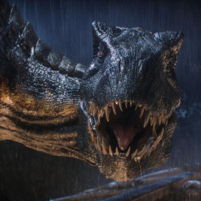 Närbild av vilt gapande dinosaurie.