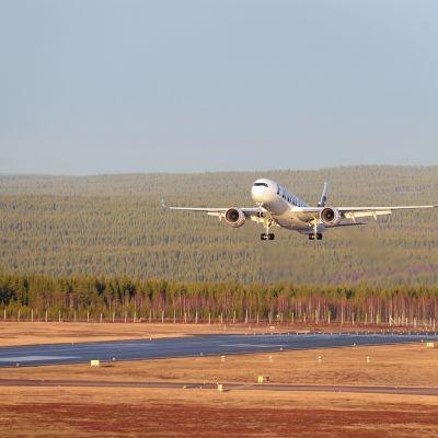Uusi uljas Airbus A350-900 ylilennolla Rovaniemen kentällä 5.11.