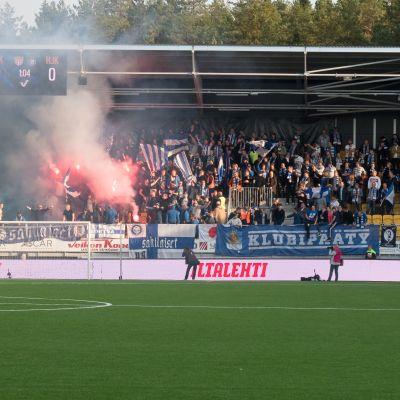 Rök i HJK-fansens läktarsektion på cupfinalen 2017.