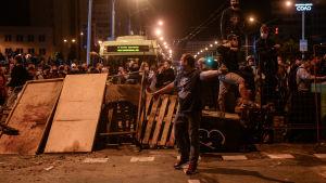 Demonstranter framför en barrikad