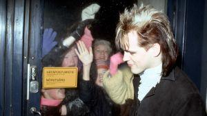 Dingo fanien ympäröimänä 1985