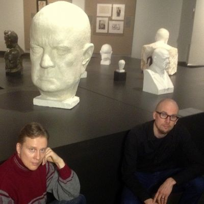 Teemu Mäki ja Antti Auvinen Ateneumin Sibelius-näyttelyssä. (Etsi kuvasta kulttuuritoimittaja.)