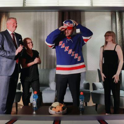 Alexis Lafreniere pukee New York Rangersin lippistä NHL:n ykkösvarauksen jälkeen. Varaustilaisuus järjestettiin etäyhteyksin.