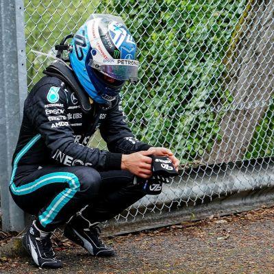 Valtteri Bottas kyykyssä kolarin jälkeen Imolassa.