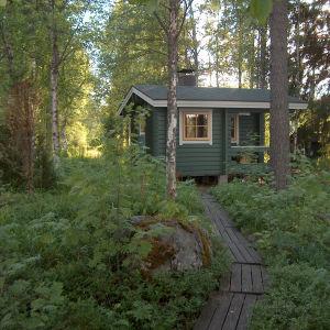 Pieni ja luontoon sopiva.Hyvät löylyt ja mikä parasta upea maisema saunan ikkunasta Kuulammelle.