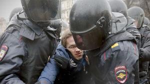 Polisen griper anti-Putindemonstranter i Sankt Petersburg.