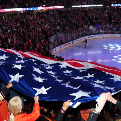 USA:s flagga på en NHL-match.