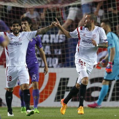 Aleix Vidal firar sitt mål mot Fiorentina.
