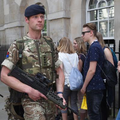 Poliser patrullerar gatorna i London.