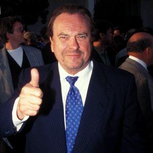 Skådespelaren Rip Torn i kostym visar tummen upp.