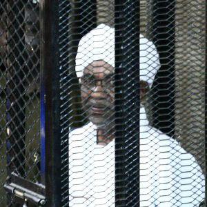 Sudans ex-president Omar al-Bashir bakom galler i domstolsbyggnaden i Khartoum