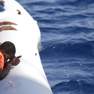 Siirtolaisia kumiveneessä.
