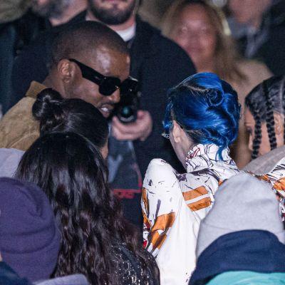 Kanye West suuren ihmisjoukon ympäröimänä.