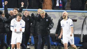 Simon Skrabb, Markku Kanerva och Teemu Pukki skriker ut sin glädje.