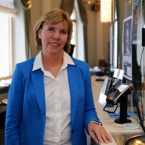 Anna-Maja Henriksson Svenska Teaternin lippuluukulla