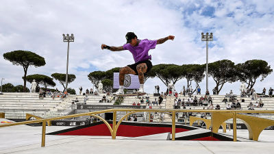 Nyjah Huston hoppar på en rail.