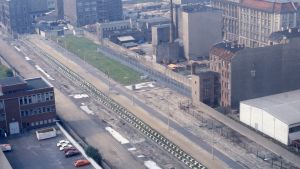 """En bit av Berlinmuren och """"dödsremsan"""" på DDR-sidan fotograferad från västsidan 1984."""