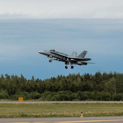 Finska Flygvapnets F/A-18 C vid start