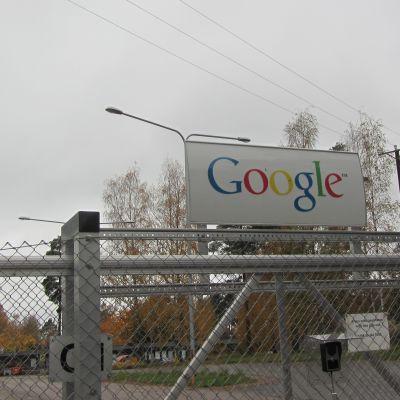 Vanha maamerkki, paperitehtaan piippu päätettiin purkaa hakukoneyhtiö Googlen palvelinkeskuksessa Haminassa.