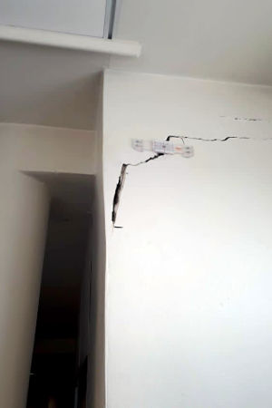 Sprickor i väggen i byggnaden vid yrkeshögskolan Metropolia i Alberga.