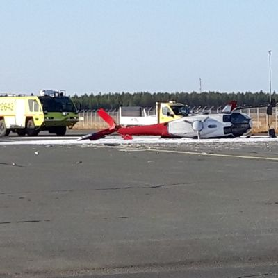 Kraschad helikopter utanför flygfältet i Uleåborg.