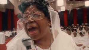 Gospel-legenda Willie Mae Ford Smith laulaa lähikuvassa kirkossa. Kuva dokumentista Say Amen, Somebody!
