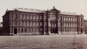 Bild på Ateneums fasad år 1890.