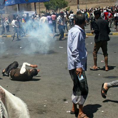 Sammandrabbning mellan demonstranter och houthi-rebeller i Taiz den 22 mars 2015.