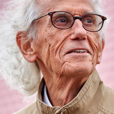 Christo Vladimirov Javacheff var född i Gabrovo, Bulgarien den 13 juni 1935.