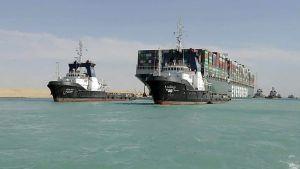 Ever Given dras av bogserbåtar i Suezkanalen den 29 mars 2020.