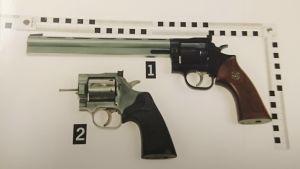 Larhas och Ratias pistoler med utbytbara pipor.