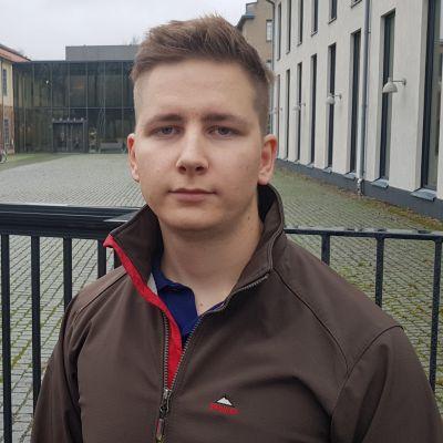 Manlig student som protesterar mot Åbo Akademi.