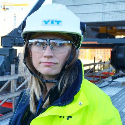Ulla Judström iklädd reflexväst, hjälm och skyssglasögon.