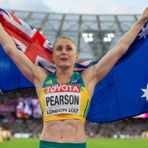 Sally Pearson står och håller upp Australiens flagga