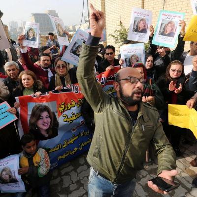 Demonstranterna krävde att Afrak Shawqi friges och att regeringen utreder vem som rövade bort henne