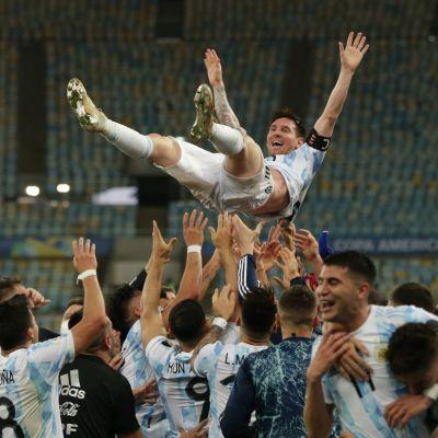 Lionel Messi kastas upp av lagkamrater.