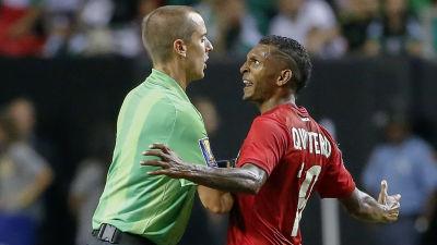 Den amerikanska domaren Mark Geiger attackerades av Panamaspelaren Alberto Quintero efter semifinalen i Gold Cup.
