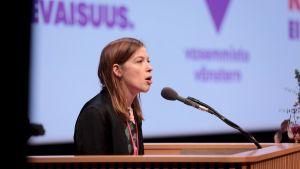 Li Andersson håller tal under Vänsterförbundets partikongress i Kuopio.