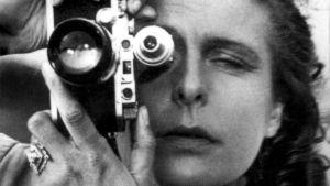 Leni Riefenstahl kameran takana lähkuvassa.