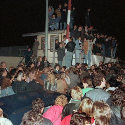 Folkmassorna tvingar DDR-gränsvakterna att öppna gränsövergångarna i Berlin.