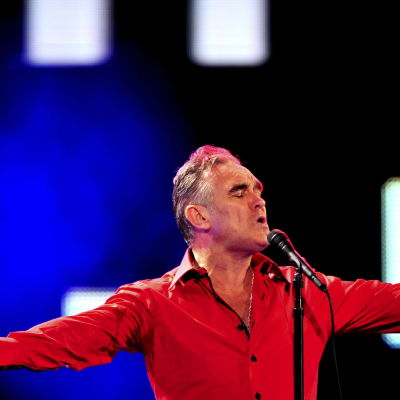 Morrissey sjunger.