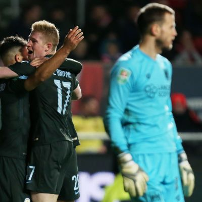 Manchester Cityn Sergio Aguero ja Kevin De Bruyne juhlivat maalia.