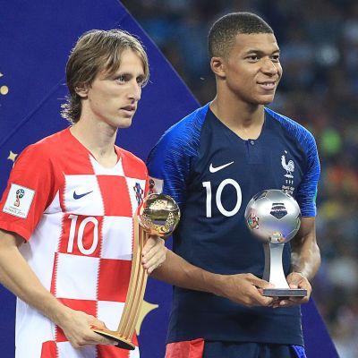 Kroatian Luka Modric (vas.) ja Ranskan Kylian Mbappe saivat pokaalit aiemin myös Fifalta.
