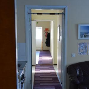 Korridor inne på Pixnekliniken. Lädersoffa, randiga mattor.
