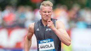 Elmo Savola löper 100 meter
