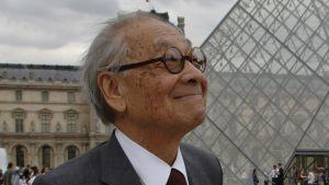 Den kinesisk-amerikanska arkitekten I M Pei framför Louvrens glaspyramid