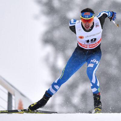 Ristomatti Hakola stakar sig framåt i skidspåret i Lahtis.