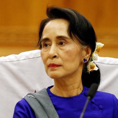 Aung San Suu Kyi under ett möte med NLD:s parlamentariker 1.3.2016