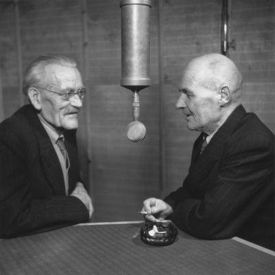 Professor Gustaf John Ramstedt och professor Sakari Pälsi minns gemensamma forskningsresor i Asien i Rundradions studio 1948.