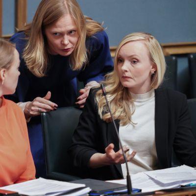 Hanna Kosonen, Maria Ohisalo ja Katri Kulmuni eduskunnassa 5.3.2020